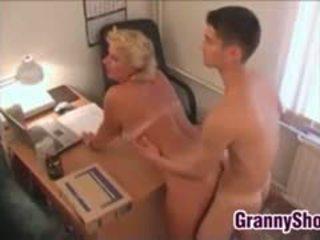豐滿的 奶奶 他媽的 在 她的 辦公室
