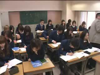 יפני שנתי העשרה של גורם אהבה עם ידיים ב כיתה וידאו
