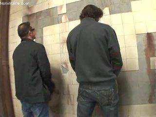 Negresa cocksucker doing ei muncă inauntru the toaleta