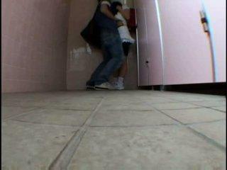 Unge tenåring molested på schooltoilet