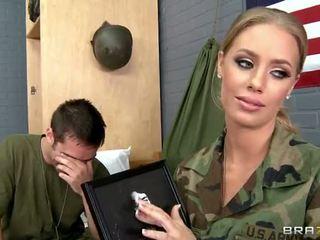 Sõjavägi beib nicole aniston perses sisse camp video