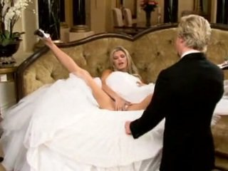 신부 에 아름다운 결혼식 드레스 확산 다리