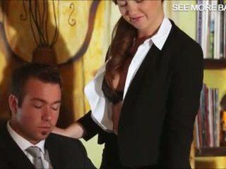 Charmant secrétaire maddy baise son boss