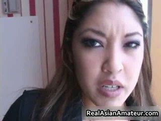 Asiatisk beauty sucks bigcock i en airport