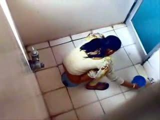 Paslėptas kamera prigautas keletas kūdikiai o jie į a viešumas