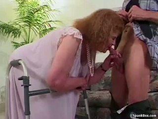 Abuelita loses su dientes mientras chupando
