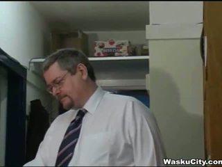 البريطانيون فتاة (thieving فتاة gets spanked بواسطة رئيس)