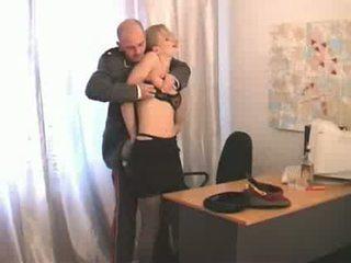 러시아의 우수한 장교 abusing 보다 낮은 ranked 소녀 soldier 비디오
