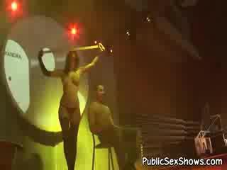 Super sexy sombre haired stripper en noire panty hose danse en une guys lap
