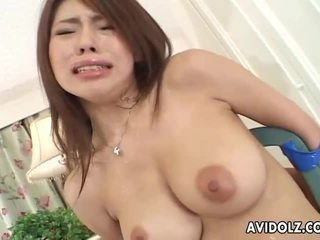 Piccola giapponese pupa servicing two cocks