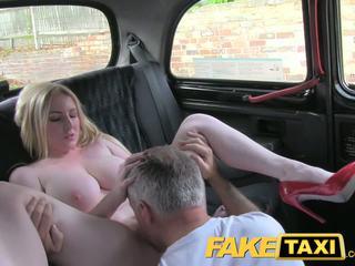 Faketaxi blondinke bomba s velika prsi gets lepo kremna pita v taxi
