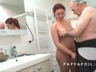 Papy mate un jeune pärchen avant de se faire pomper le dard