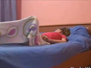 Sleepy adolescente rubbing su clítoris
