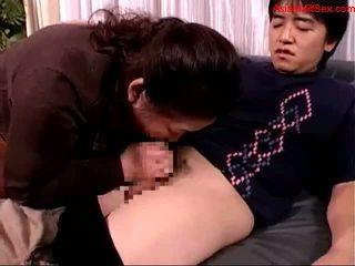 Tłusta dojrzała kobieta giving robienie loda na młody guy sperma do usta spitting do palm na the kanapa getting jej sutki sucked na the łóżko