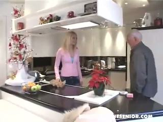 kuchyně, old farts, blondýnka