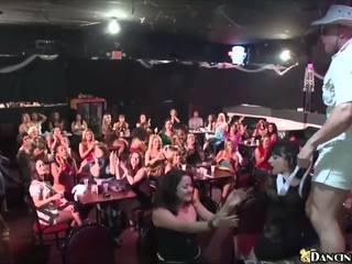最熱 女孩 咂 male strippers 在 當地 俱樂部: 高清晰度 色情 ce