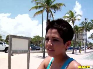 Sexy latina chavala abby recoger hasta un sexy dyde
