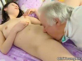Alena adalah laying dalam katil mencari seksi dalam beliau yellow atas thinking kira-kira seks pada yang hari seperti hari ini