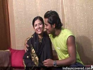 पहले सेक्स पर camera के लिए क्यूट इंडियन और उसकी hubby