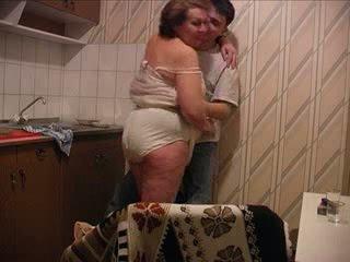 Син fucks майка при на кухня