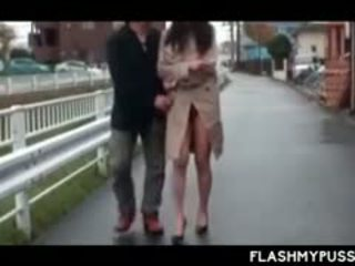 Ninfómana asiática tramp haciendo pis al aire libre y flashing grande tetitas