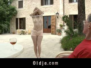 Oldje: denisa heaven screwed przez an stary człowiek outdoors