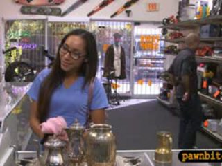 Desperate หญิง sells teapot และ ระยำ ใน the ห้องข้างหลัง
