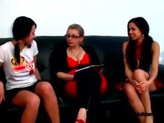 Two tjekkisk tenåringer came til se deres milf lærer til lære noen lesbisk tricks