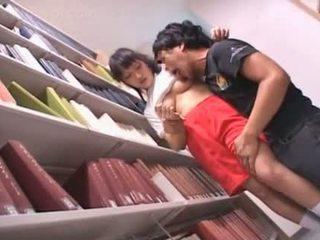 Barbert fitte asiatisk skolejente teased i den bibliotek