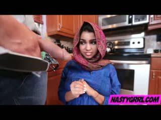 Hijab wearing muslim tenåring ada creampied av henne ny mester