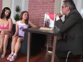 Two 섹시한 비탄 소녀 유혹 그들의 늙은 전문 대학 선생 에 그의 사무실