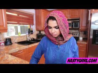 Hijabi 女孩 ada has 到 咂 迪克 和 obey