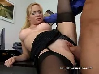 Sexy hawt aiden starr receives ji růžový kočička pummeled na the stůl