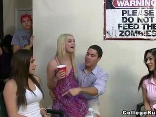 Slutty sorority jente jenter fest hardt med frat boys