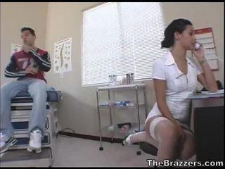 Secy enfermeira treats dela paciente