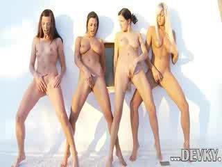 4つの レズビアン dolls 運指 一緒に