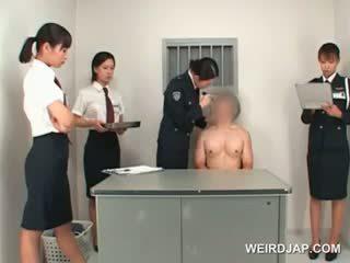 Asiática policía mujer toying male estrecho culo en un mesa