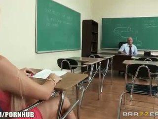 Hooters big-tit estudante alexis ford dreams de a foder dela professora