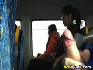 Flashing un difficile cazzo in asia su il treno