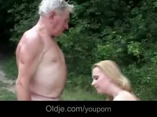 巨大 breasted 年輕 懶婦 gives 爺爺 epochal 他媽的