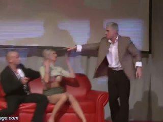 三人行 色情 狂歡 上 公 舞台