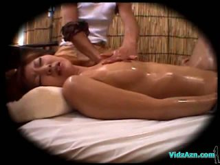 Asia prawan massaged with oil ngisep jago fucked by the masseur cum to weteng on the mattress