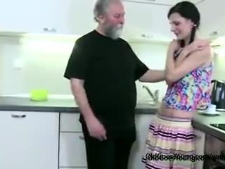 Καυλωμένος/η αδύνατος/η κορίτσι lets γριά άνθρωπος αποπλάνηση αυτήν, τότε θυμωμένος boyfriend joins getting τσιμπούκι