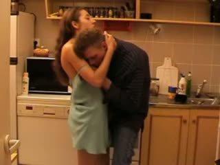 Daddys fille baisée en la cuisine vidéo