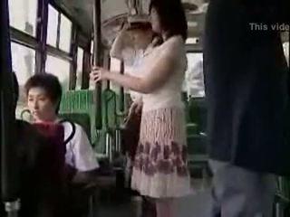 Verrassing hanjob op bus met double gelukkig ending
