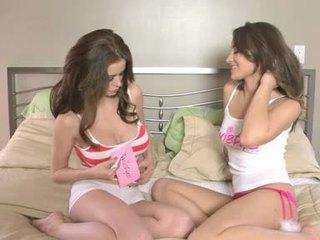 Dani daniels và emily addison hawt nóng trên giường