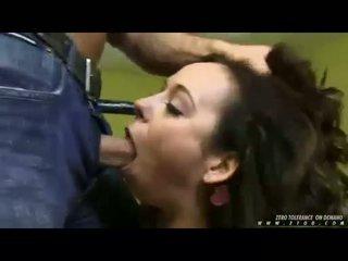Mignonne nana aarielle alexis deepthroating une énorme thick dur bite