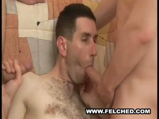 Homo treshe thithje lëngu spermë nga bythë në gojë