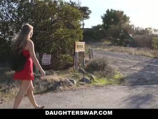 Daughterswap - chaud peu blonde surprit webcamming par bffs papa pt.2