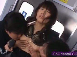 Stevig mooi aziatisch babe geneukt op een trein